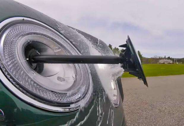 Bentley Bentayga може да изстрелва зеницата си, за да си мие очите. Видео