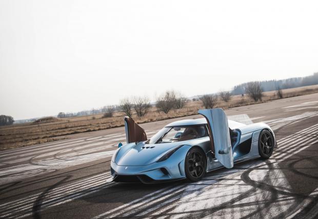 1. Koenigsegg Regera – 1500 коня. Започваме с този изумителен шведски хибрид, който дори няма скоростна кутия. Защото, както казва г-н Кьонигсег, тя тежи прекалено много, а и реално колата може да мине и без нея... Иновативното суперзадвижване предлага на