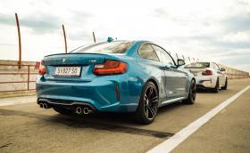 Карахме BMW M2 на писта. Колата е доста забавна и не само звучи, като истинска M-ка