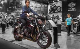 Street Triple RS с красиво момиче, Harley Fat Bob с 1,7-литров двигател и карбоново BMW за 80 хил. евро. Това са моторите на салона