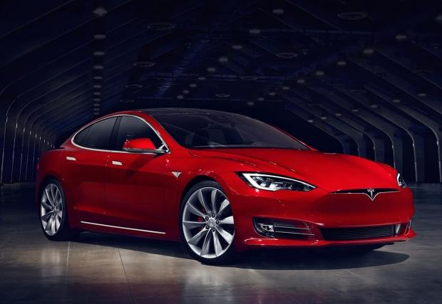 """07. Tesla Model S. Автомобилът революция, колата която доказа и продължава да доказва, че електричка не означава кашон с интериор в стил """"Екотой"""" и пробег от 50-ина километра. Model S пори въздуха с Cd 0,24 и е сред най-бързо ускоряващите коли в момента –"""