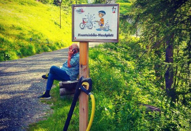Моля, измиите си колелото, след като слезете от планината. А,да..намираме се в Швейцария.