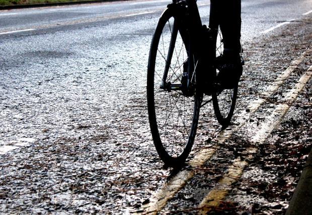 5. Избягвайте маневри върху пътна маркировка, метални капаци на шахти и други подобни. Знаете, боята често става доста хлъзгава, дори и при наличието на съвсем малко влага.