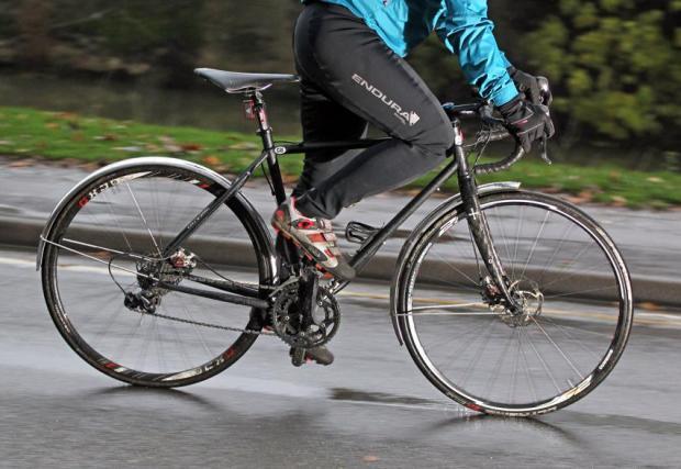 7. Спирайте по-отрано и плавно. Влажната и студена настилка, както и по-високата твърдост на гумите, водят до по-дълъг спирачен път. Имайте едно на ум.