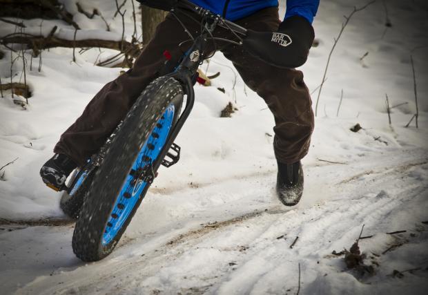 3. Прилагайте спирачно усилие отпред/отзад в съотношение 50/50. Прекаленото натоварване на предната или задната гума, може да доведе до поднасяне, което е особено неприятно, когато се случи с предното колело.