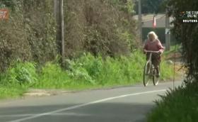 90-годишната велосипедистка, която кара по 30 км на ден. Продава яйца. Видео