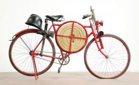 С пълно бойно снаряжение: противопожарният велосипед
