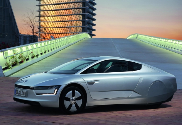 01. Volkswagen XL1. Адски ефективен и ужасно рядък, дизеловият плъгин хибрид на VW е ограничен в 250 броя, с цена от минимум 111 000 евро. Коефициентът на съпротивление е изумителен, едва 0,189 , което прави XL1 най-аеродинамичната кола на пътя в момента.